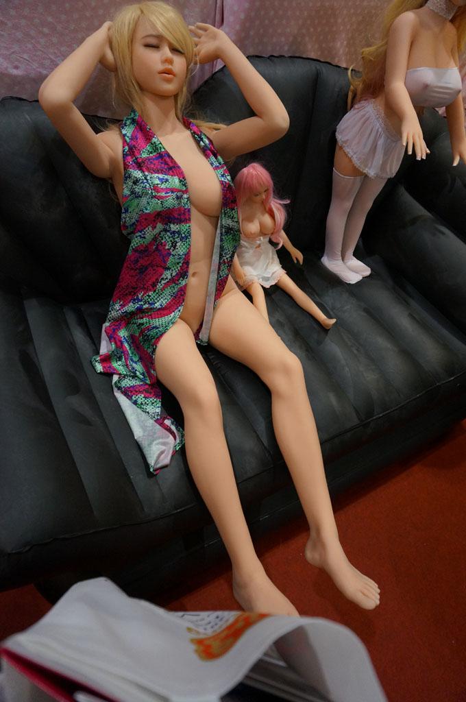 exhibition-of-sex-dolls-13